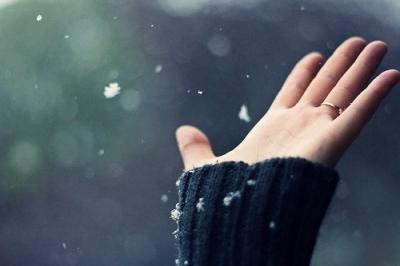 Thuở thầm yêu xinh đẹp nhất đó, chính là bầu trời hoa tuyết nhung bay lượn, nhẹ nhàng như vậy, xinh đẹp như vậy, nhưng cũng ưu thương như vậy.